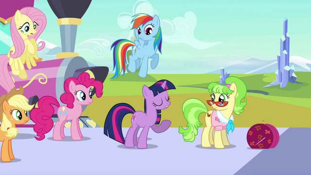 File:Twilight welcomes Ms. Peachbottom S03E12.png
