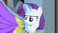 Rarity examining the headdress S4E19