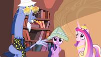 Twilight wearing map hat S04E11