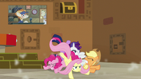 Twilight and friends in a pony pile S7E2