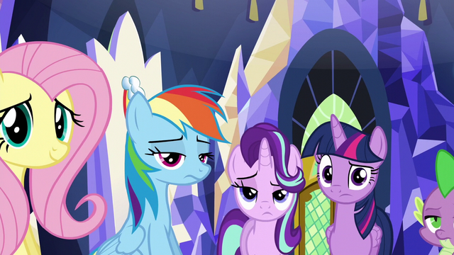 File:Twilight and friends looking at Rarity weird S6E12.png
