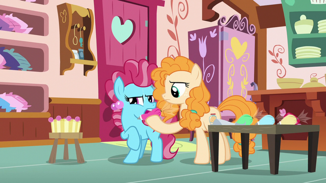 File:Pear Butter swapping Chiffon's frosting pouches S7E13.png