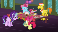 Starlight gives Apple Bloom a cupcake S6E8