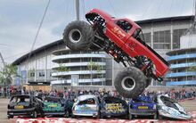Monster-truck-crushing-cars