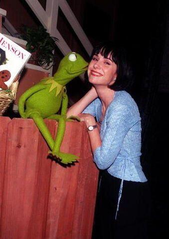 File:Kermit kissing Susan Egan.JPG