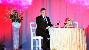 VerleihungDerGoldenenKamera-HapeKerkeling&MissPiggy-(2012-02-04)03