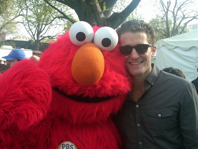 File:Elmo - Matthew Morrison - 2010 White House Easter.jpg