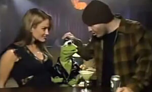 Kermit picks up a lady in a bar
