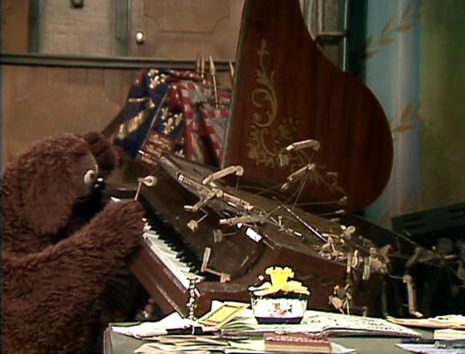 File:Rowlf at the broken piano.jpg