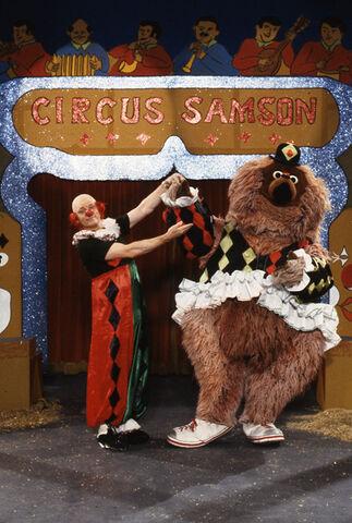 File:Sesamstrasse064-(Uwe-Friedrichsen-and-Samson-play-circus).jpg