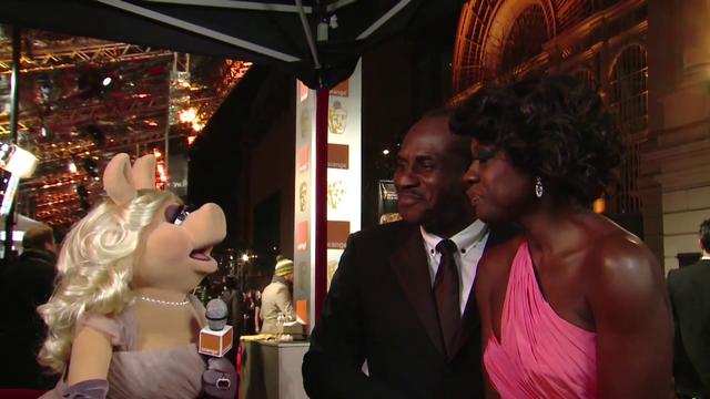 File:BAFTA-Awards-2012-MissPiggy&ViolaDavis.png