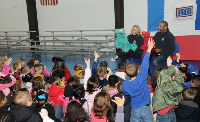 File:USO-Elmo&RositaEducationTour-Germany2010-Sesame 8.jpg