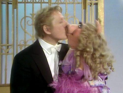File:Kiss-dannykaye&piggy.jpg
