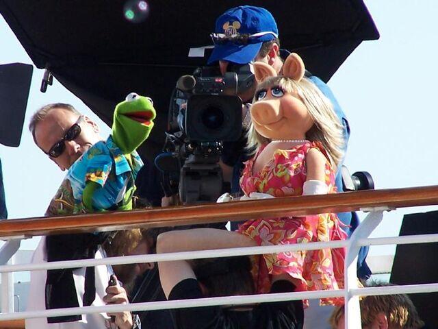 File:Disney-Kermit-Piggy-326034517FpFnOZ ph.jpg