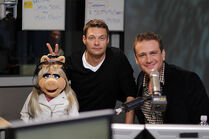 MissPiggy-RyanSeacrest-JasonSegel-(2011-09-26)