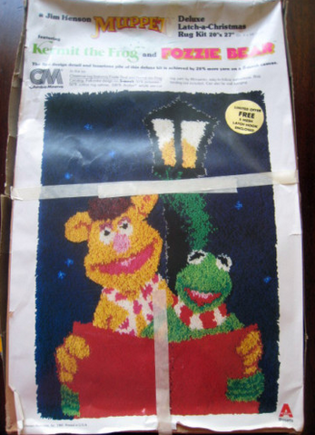 File:Columbia minerva 1980 kermit fozzie xmas latch rug kit.png