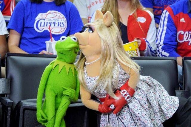 File:LAClippersGame-(2015-03-15)-Kermit&Piggy-Kiss.jpg