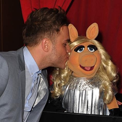 File:TheMuppets-UK-Premiere-Kiss-OllyMurs&MissPiggy.jpg