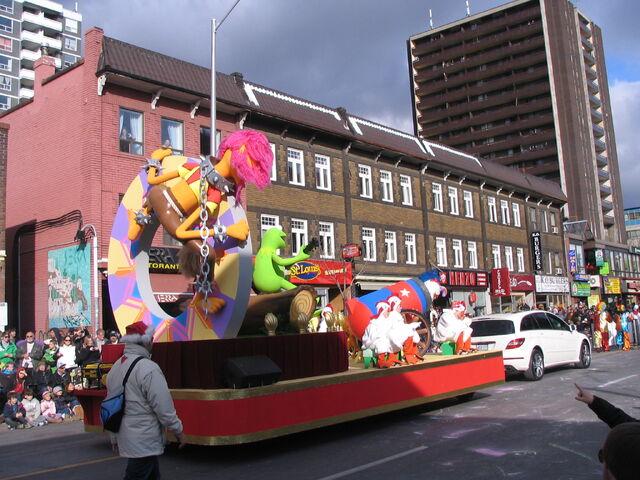 File:2011 Toronto Santa Claus Parade float c.JPG