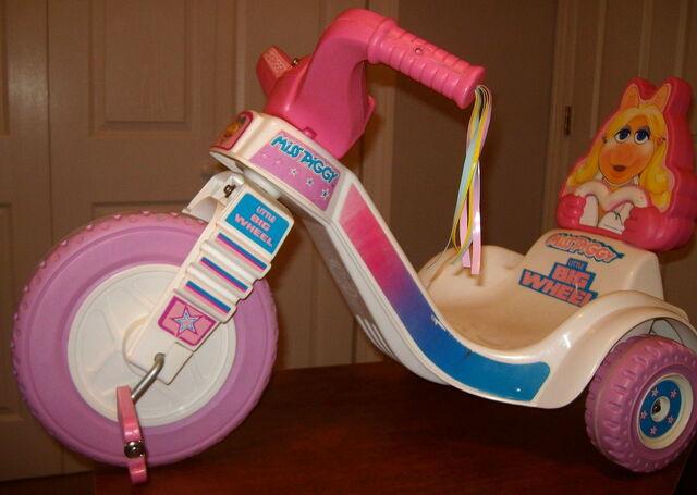 File:Empire little big wheel 1982 miss piggy 1.jpg