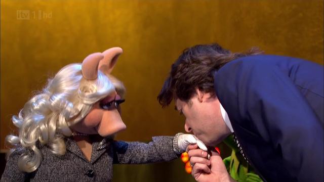 File:TheJonathanRossShow-Kiss-Piggy&JonathanRoss-(2012-01-25).png