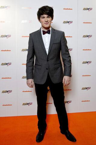 File:Brad Kavanagh Hosting The Sam & Cat UK Premiere Show.jpg