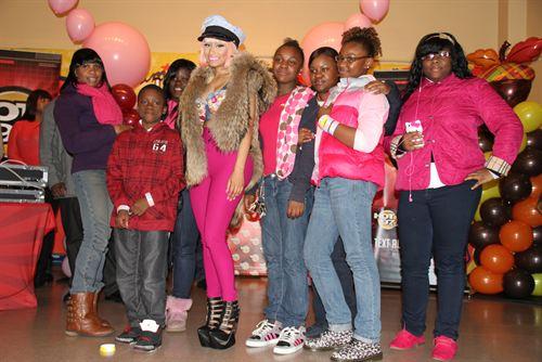 File:Nicki-minaj-hands-out-free-turkeys-to-her-old-school-in-queens17.jpg