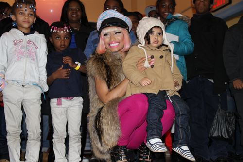 File:Nicki-minaj-hands-out-free-turkeys-to-her-old-school-in-queens18.jpg