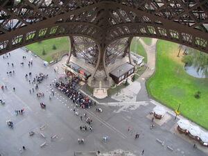 800px-Pied de la tour Eiffel