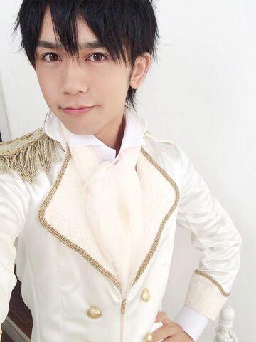 File:TajitajiShirofuku.jpg
