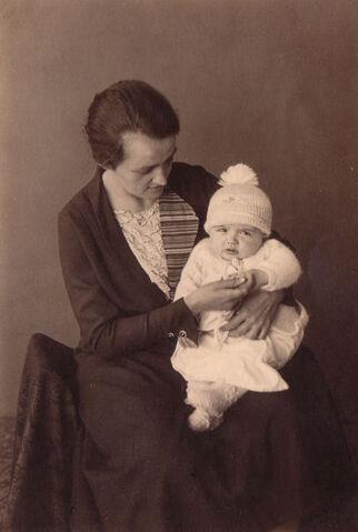 Datei:Martha Oelfke mit einem ihrer Kinder.jpg