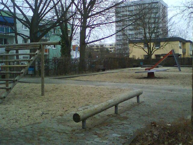 Datei:Spielplatz gegenüber Europaplatz 4.JPG