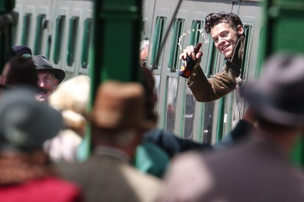 File:Harry-Styles-on-the-set-of-Dunkirk (2).jpg