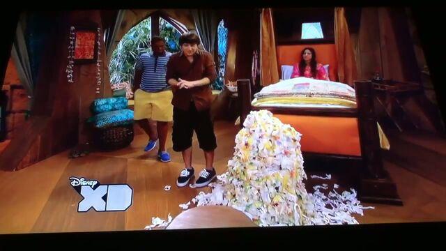 File:Pair Of Kings S02E11 Big Mama Waka Part 2 211.jpg