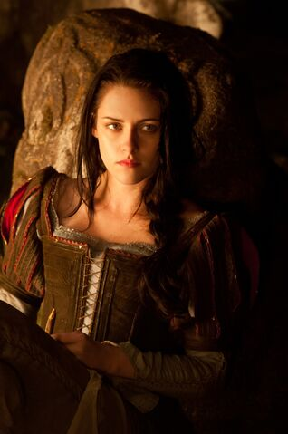 File:Snow-white-huntsman-img08.jpg