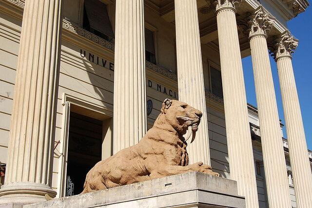 File:Smilodon sculpture outside Museo de Ciencias Naturales de La Plata.JPG