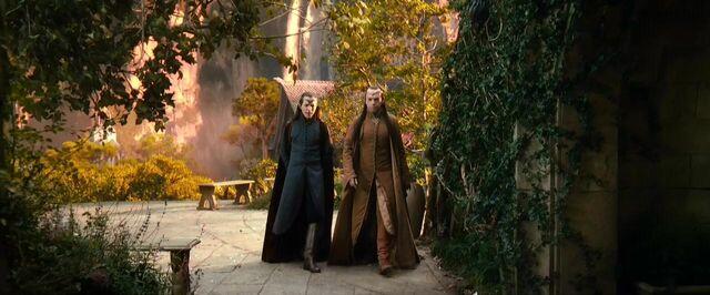 File:Lindir speaking with Elrond.jpg