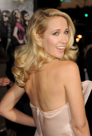 File:Anna+Camp+Premiere+Universal+Pictures+Gold+9ITW6uG5x59l.jpg