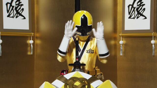File:Shinken Yellow cockpit.jpg