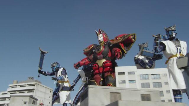 File:Red Kyuubi and Senkarage.jpg