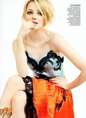 File:Emma-Stone-by-Mario-Testino-for-Vogue-US-July-2012-emma-stone-31253223-900-1233.jpg