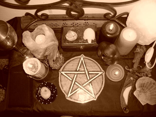 File:Pagan Altar by ReanDeanna.jpg