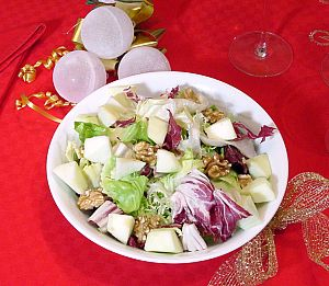 Green salad with apples and walnuts