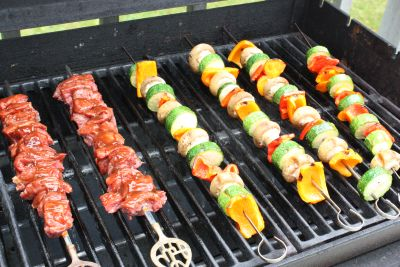 File:Kebabs-on-grill-400.jpg