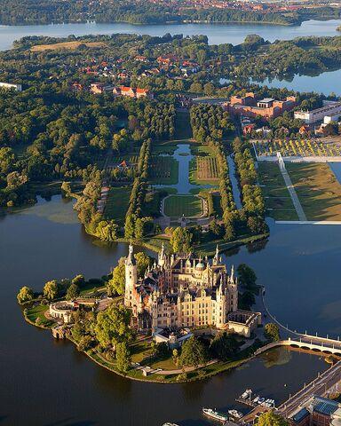File:800px-Schwerin Castle Aerial View Island Luftbild Schweriner Schloss Insel See.jpg