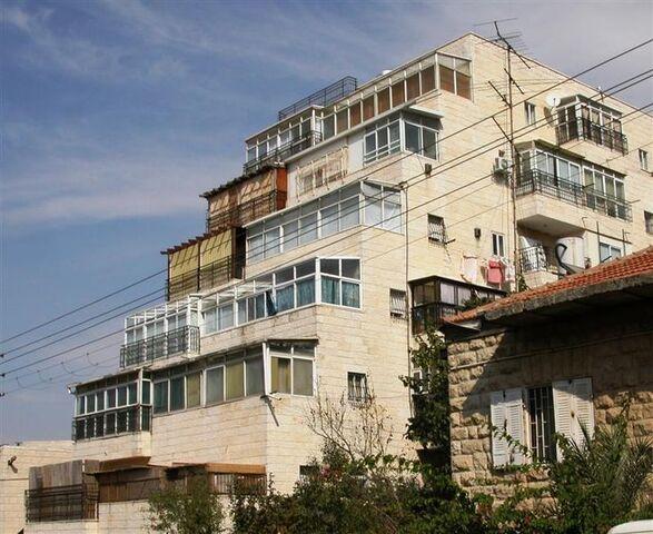 File:Graded Sukkahs In Apartments In Jerusalem.JPG