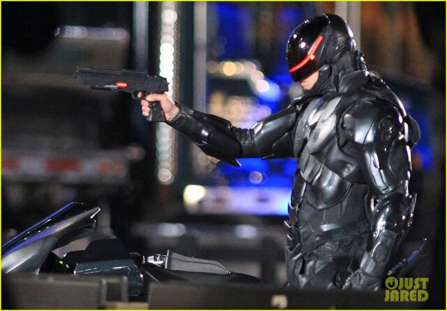 File:Joel-kinnaman-suits-up-for-robocop-reshoots-17.jpg