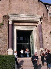 2011 Cosma e Damiano lower entrance