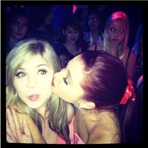 File:Ariana kisses Jennette on cheek at KCA pre-party 2012.jpg