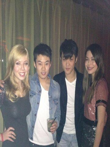 File:Jennette, Miranda, and some iCarlians.jpg